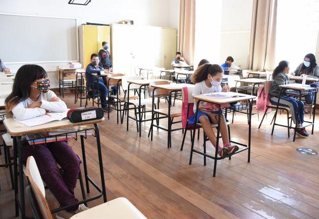 Aulas presenciais foram retomadas nesta segunda-feira em Agudos com 35% da capacidade